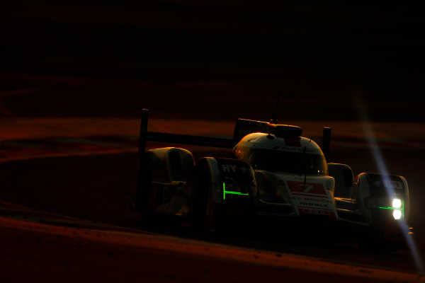 2015 FIA World Endurance Championship Bahrain 6-Hours Bahrain International Circuit, Bahrain Saturday 21 November 2015. Marcel F?ssler, Andr? Lotterer, Beno?t Tr?luyer (#7 LMP1 Audi Sport Team Joest Audi R18 e-tron quattro). World Copyright: Alastair Staley/LAT Photographic ref: Digital Image _79P1226