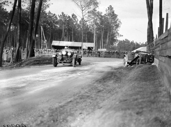 Frank Clement / Dudley Benjafield, Bentley Motors Ltd., Bentley 4½ Litre, passes the crashed Francis Samuelson / Frank King, F. E. Metcalfe, Lagonda OH 2L Speed.