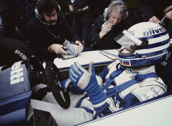 Technical director Gordon Murray talks to Riccardo Patrese, Brabham BT55 BMW, during practice. Mechanic Charlie Whiting sits on Murray's left.