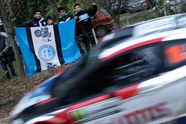 Fans watch Robert Kubica (POL) / Maciek Szczepaniak (POL), Ford Fiesta RS WRC. FIA World Rally Championship, Rd5, Rally Argentina, Preparations and Shakedown, Cordoba-Villa Carlos Paz, Argentina, 8 May 2014.