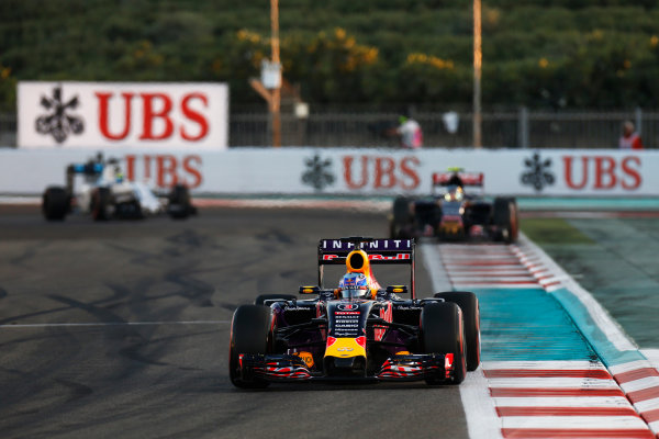 Yas Marina Circuit, Abu Dhabi, United Arab Emirates. Sunday 29 November 2015. Daniel Ricciardo, Red Bull Racing RB11 Renault, leads Carlos Sainz Jr, Toro Rosso STR10 Renault. World Copyright: Alastair Staley/LAT Photographic. ref: Digital Image _79P1866