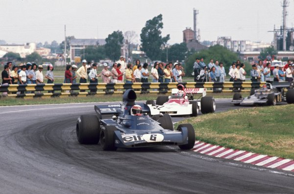 1973 Argentinian Grand Prix. Buenos Aires, Argentina. 26-28 January 1973. Jackie Stewart (Tyrrell 005 Ford) 3rd position,  leads Clay Regazzoni (BRM P160D) 7th position and Emerson Fittipaldi (Lotus 72D) 1st position, action. World Copyright - LAT Photographic.