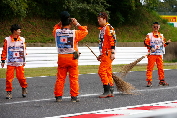 Suzuka Circuit, Japan. Saturday 07 October 2017. Marshals clean the track. World Copyright: Andy Hone/LAT Images  ref: Digital Image _ONY7504