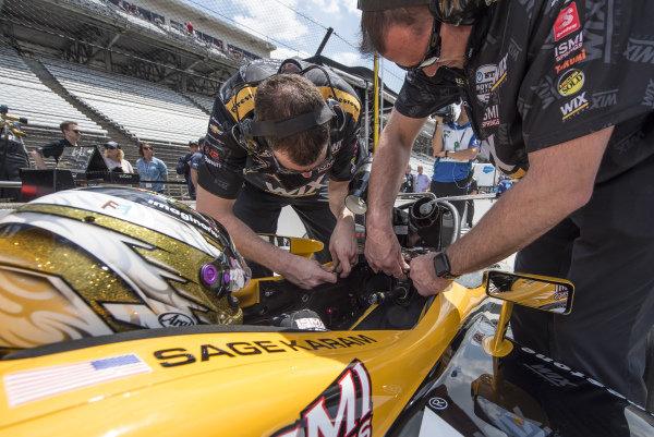 Sage Karam, Dreyer & Reinbold Racing Chevrolet, crewmen install windscreen