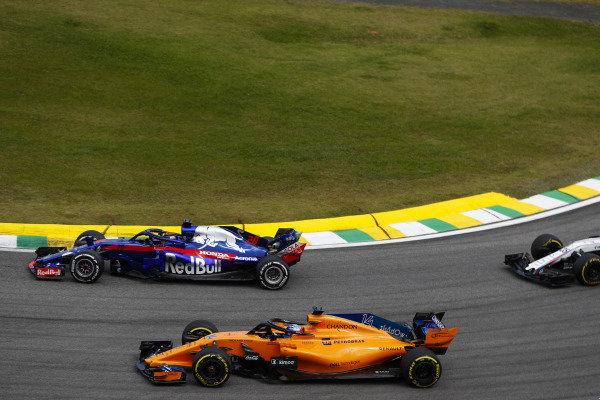 Brendon Hartley, Toro Rosso STR13 Honda, leads Fernando Alonso, McLaren MCL33 Renault.