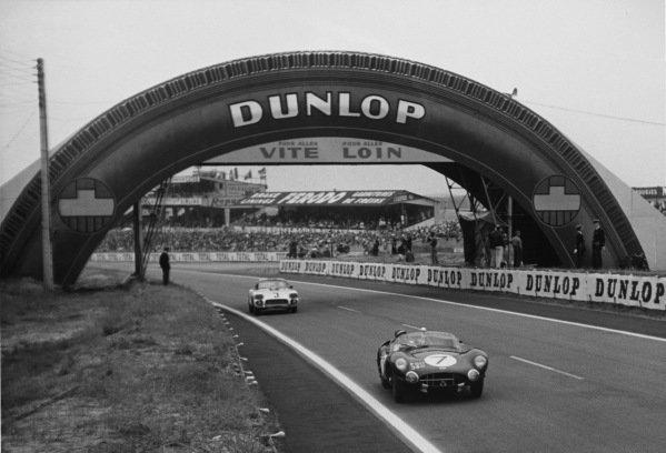 Le Mans, France. 25th - 26th June 1960 Jim Clark/Roy Salvadori (Aston Martin DBR1/30), 3rd position leads John Fitch/Bob Grossman (Chevrolet Corvette), 8th position, action. World Copyright: LAT Photographic Ref:  B/WPRINT.