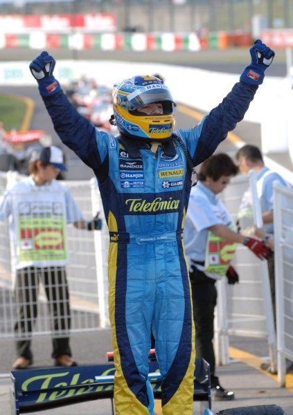 2006 Japanese Grand Prix - Sunday Race,  Suzuka, Japan. Fernando Alonso, Renault R26, 1st position, celebrates his win in parc ferme, portrait. 8th October 2006  World Copyright: Steve Etherington/LAT Photographic  ref: 48mb Hi Res Digital Image Only