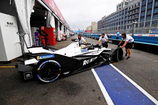 Edoardo Mortara (CHE), Venturi Racing, Silver Arrow 02, is returned to the garage