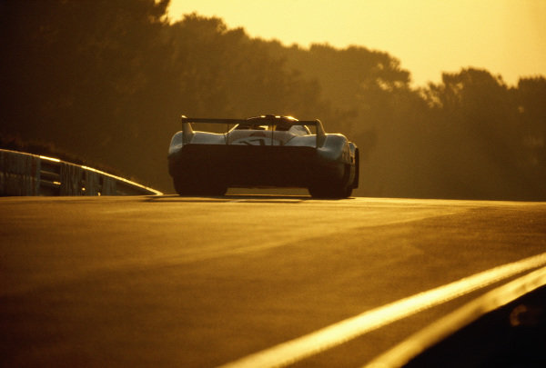 Jo Siffert / Derek Bell, J. W. Automotive Engineering, Porsche 917 LH at dawn.