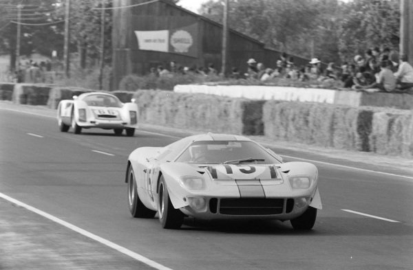 Brian Muir / Jacky Ickx, John Wyer Automotive Engineering, Mirage Mk1-Ford, leads Christian Poirot / Gerhard Koch, Christian Poirot, Porsche 906.