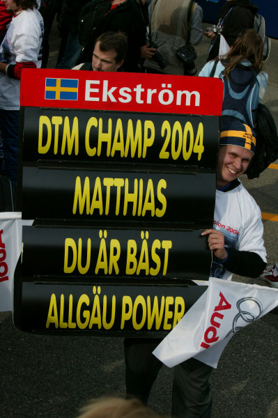 2004 DTM Championship.Brno, Czech Repulic. 18th - 19th SeptemberNew DTM champion Mattias Ekstrom (Abt Sportsline Audi A4) poses with his team for a photo.World Copyright: Andre Irlmeier/LAT PhotographicRef:Digital image only
