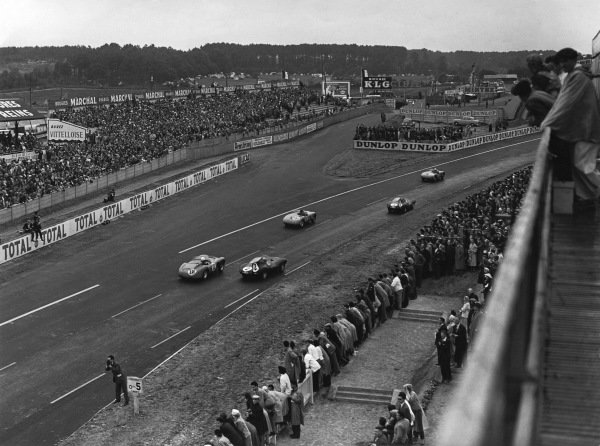 Le Mans, France. 28th - 29th July 1956.Robert Manzon/Jean Guichet (Gordini T15S), retired, leads a galle of cars into the first corner, action. World Copyright: LAT Photographic.Ref: B/W Print.