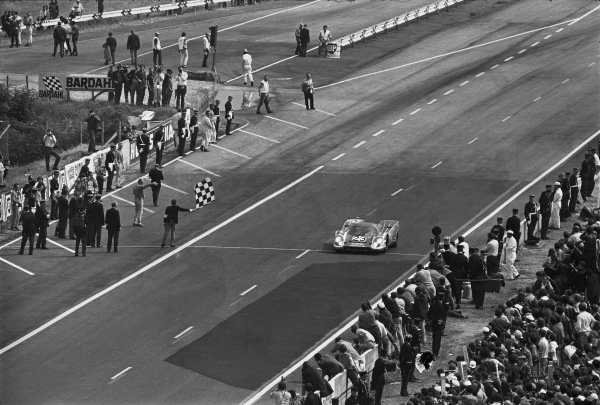 1970 Le Mans 24 hours. Le Mans, France. 13th - 14th June 1970. Hans Herrmann / Richard Attwood (Porsche 917K), 1st position, takes the chequered flag, action. World Copyright: LAT Photographic. Ref: 3138 - 22.