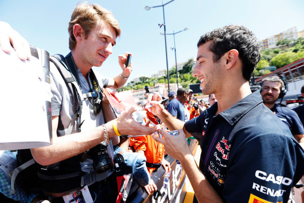 Monte Carlo, Monaco. Friday 22 May 2015. Daniel Ricciardo, Red Bull Racing, signs autographs for fans. World Copyright: Alastair Staley/LAT Photographic. ref: Digital Image _R6T9619