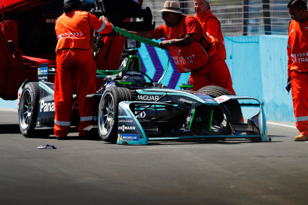 Marshals recover the crashed car of Nelson Piquet Jr. (BRA), Panasonic Jaguar Racing, Jaguar I-Type II.