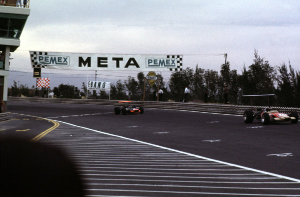 1968 Mexican Grand Prix.Mexico City, Mexico.1-3 November 1968.Jackie Oliver (Lotus 49B Ford) leads Pedro Rodriguez (BRM P133). They finished in 3rd and 4th positions respectively.Ref-68 MEX 13.World Copyright - LAT Photographic