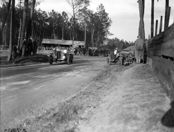 AcRobert Benoist / Christian d'Auvergne, Itala 65S 2000, passes Francis Samuelson / Frank King, F. E. Metcalfe, Lagonda OH 2L Speed, who has run off the road.