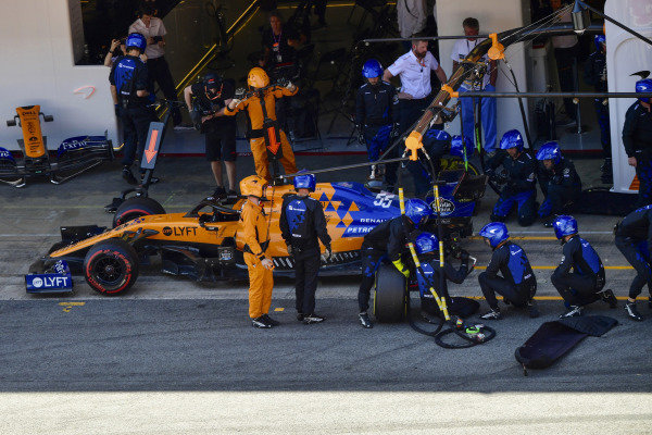 Carlos Sainz Jr., McLaren MCL34, makes a pit stop
