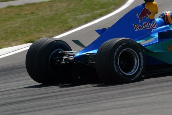 Heinz-Harald Frentzen (GER) Sauber Petronas C22 recovers to the pits to retire after losing his rear wing in the opening lap accident.