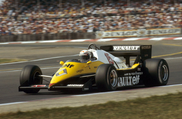Silverstone, England.14-16 July 1983.Alain Prost (Renault RE40) 1st position at Copse.Ref-83 GB 07.World Copyright - LAT Photographic