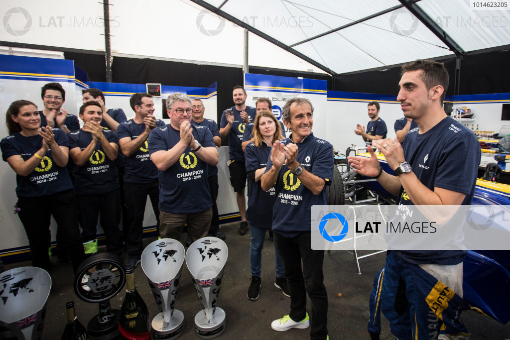 2015/2016 FIA Formula E Championship. London ePrix, Battersea Park, London, United Kingdom. Sunday 3 July 2016. Sebastien Buemi (SUI), Renault e.Dams Z.E.15 and Alain Prost and team celebrate in the garage. Photo: Andrew Ferraro/LAT/Formula E ref: Digital Image _FER7753