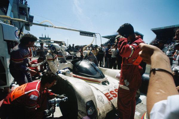 1993 Le Mans 24 hours. Le Mans, France. 19th - 20th June 1993. Christophe Bouchut / Geoff Brabham / Eric Helary (Peugeot 905C), 1st position, pit stop action.  World Copyright: LAT Photographic.