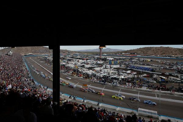 8-10 November, 2013, Avondale, Arizona, USA Kasey Kahne leads a restart © 2013, Michael L. Levitt LAT Photo USA