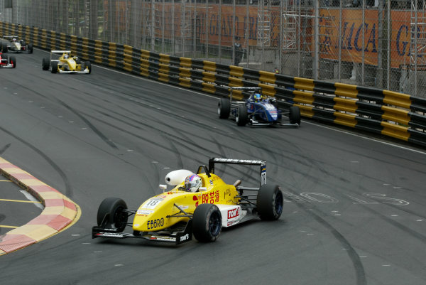 2002 Macau Grand PrixPaulo Montin, Tom's pulls away from Tristan Gommendy, ASM.Circuit de Guia, Macau.15-17th November 2002.World Copyright: Spinney/LAT Photographic.Ref.:11mb Digital Image Only.
