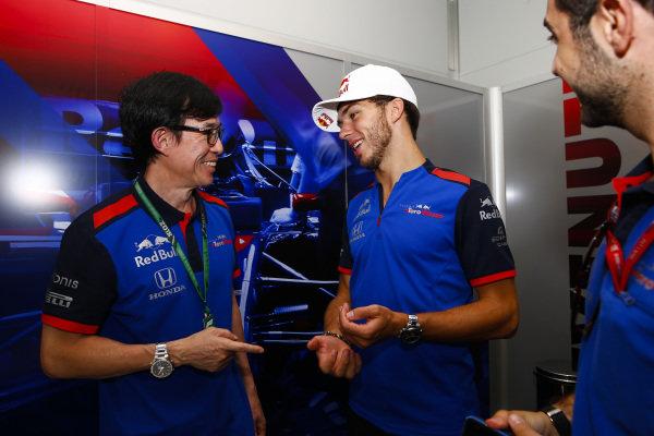 Pierre Gasly, Toro Rosso, jokes with Toro Honda team members.
