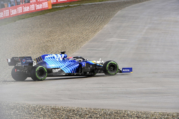 George Russell, Williams FW43B, spins out in FP3