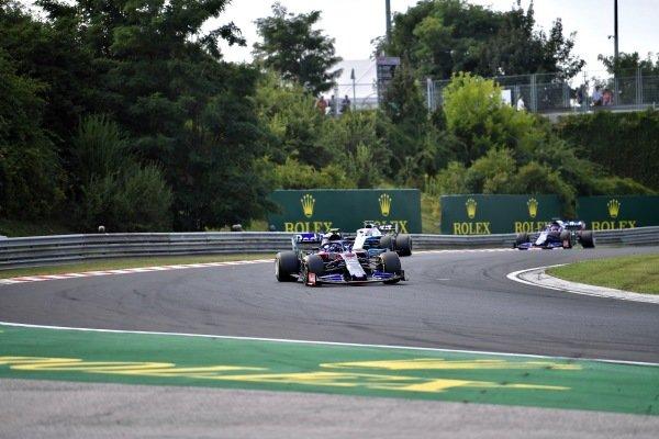 Alexander Albon, Toro Rosso STR14, leads George Russell, Williams Racing FW42