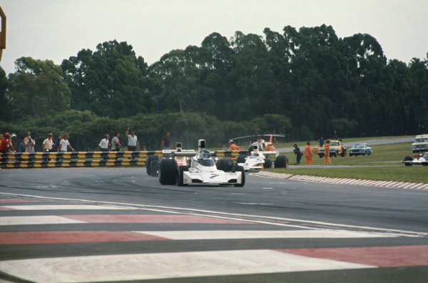 1974 Argentinian Grand Prix  Buenos Aires, Argentina. 11-13th January 1974.  Carlos Reutemann, Brabham BT44 Ford, 7th position, leads Emerson Fittipaldi, McLaren M23 Ford, 10th position, and Mike Hailwood, McLaren M23 Ford, 4th position.  Ref: 74ARG02. World Copyright: LAT Photographic