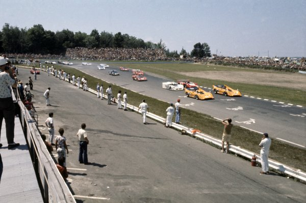 1970 Can-Am Challenge Cup.CanAm race. Watkins Glen, New York State, United States (USA). 12 July 1970.Denny Hulme leads Dan Gurney (both McLaren M8D-Chevrolet), Jackie Stewart (Chaparral 2J-Chevrolet) and Peter Revson (Lola T220-Chevrolet) at the start.World Copyright: LAT PhotographicRef: 35mm transparency 70CANAM18