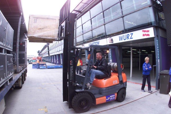 2000 Australian Grand Prix.Albert Park, Melbourne, Australia.10-12 March 2000.The Sauber packages are unloaded from the HGV's.World Copyright - LAT Photographic