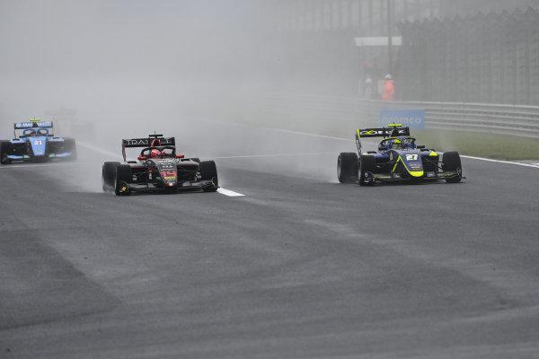 Enzo Fittipaldi (BRA, HWA RACELAB) and Enaam Ahmed (GBR, CARLIN BUZZ RACING)