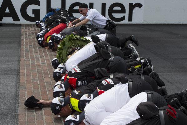Josef Newgarden, Team Penske Chevrolet, team kisses the bricks after win