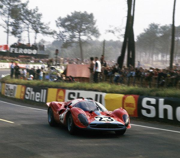 Le Mans, France.10th - 11th June 1967.Richard Attwood/Piers Courage (Ferrari 330P3/P4) action.Ref: 2942. World Copyright - LAT Photographic