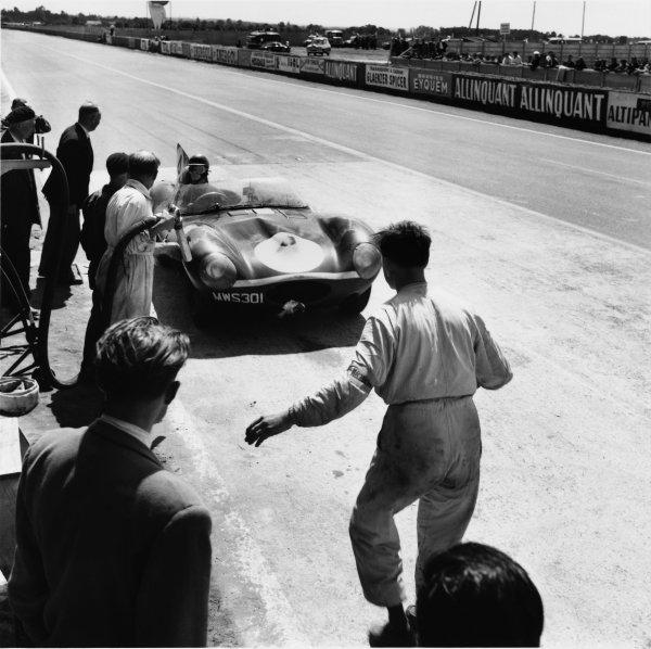 1956 Le Mans 24 hours. Le Mans, France. 28-29 July 1956. Ron Flockhart(Ecurie Ecosse Jaguar D-Type), 1st position. Ref: 797 World Copyright - LAT Photographic