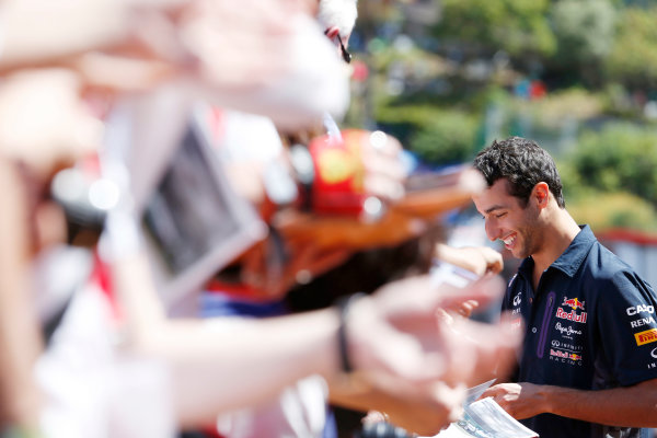 Monte Carlo, Monaco. Friday 22 May 2015. Daniel Ricciardo, Red Bull Racing meets his fans. World Copyright: Charles Coates/LAT Photographic. ref: Digital Image _N7T4309