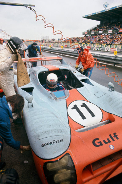 Le Mans, France. 14 - 15 June 1975.Jacky Ickx/Derek Bell (Gulf Mirage GR8-Ford), 1st position, pit stop and driver change, action. World Copyright: LAT PhotographicRef: 75LM