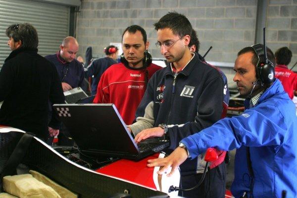 Superleague Formula Engineers.  Superleague Formula Testing, Donington, England. 21 August 2008.