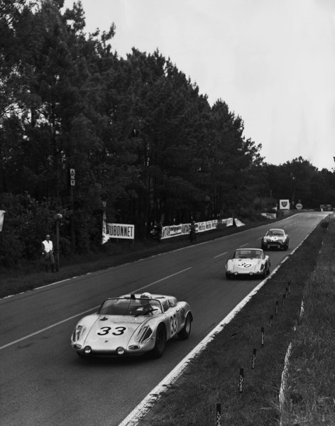 Le Mans, France. 10th - 11th June 1961.Masten Gregory/Bob Holbert (Porsche RS61 Spyder), 5th position, leads Jo Bonnier/Dan Gurney (Porsche RS61 Coupe), retired, action. World Copyright: LAT Photographic.Ref:  B/WPRINT.