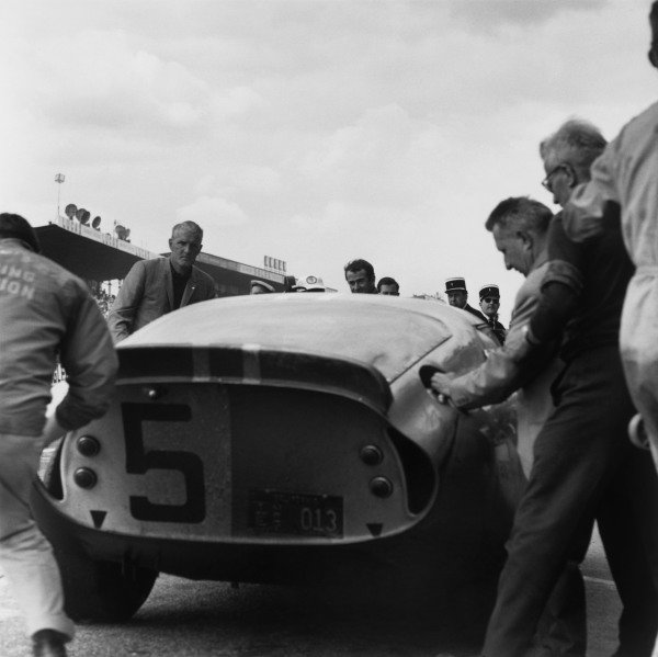 Le Mans, France. 20th - 21st June 1964.Bob Bondurant/Dan Gurney (AC Cobra Daytona), 4th position, pit stop action. World Copyright: LAT Photographic.Ref: 25090.