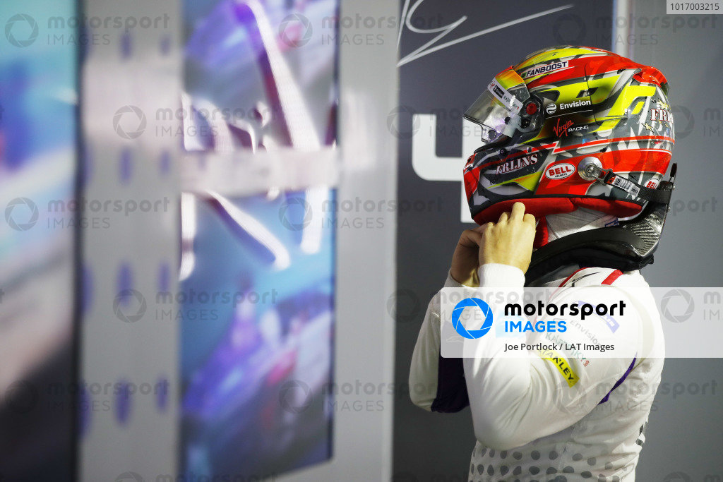 Robin Frijns (NLD), Envision Virgin Racing puts his helmet on in the garage