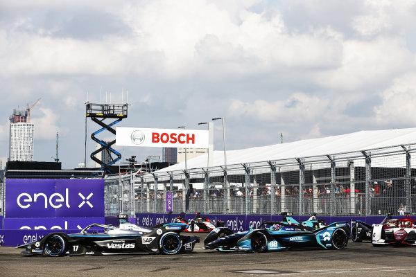 Nyck de Vries (NLD), Mercedes Benz EQ, EQ Silver Arrow 02, leads Tom Blomqvist (GBR), NIO 333, NIO 333 001, and Joel Eriksson (SWE), Dragon Penske Autosport, Penske EV-5
