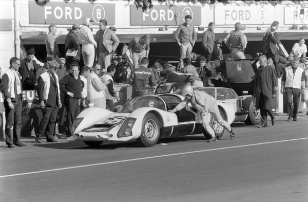 Günther Klass / Rolf Stommelen, Porsche System Engineering, Porsche 906/6 Carrera 6, pushes his car into the pits.