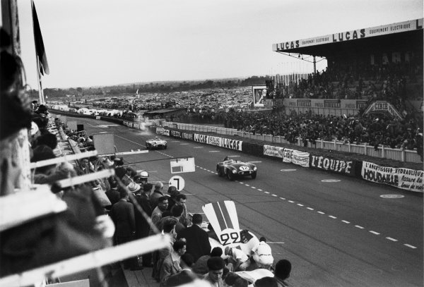 Le Mans, France. 11th - 12th June 1955.Helde / Jean Lucas (Ferrari 750 Monza), retired, leads  Juan Manuel Fangio / Stirling Moss (Mercedes-Benz 300 SLR), retired, action.World Copyright: LAT Photographic.Ref: 5712 - 20-20A.