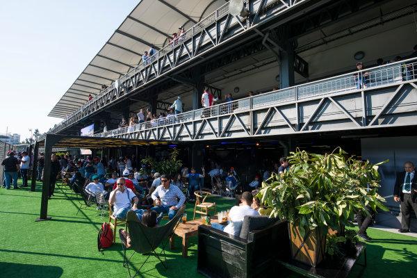 Autodromo Hermanos Rodriguez, Mexico City, Mexico. Friday 27 October 2017. Fans enjoy a beer. World Copyright: Sam Bloxham/LAT Images  ref: Digital Image _W6I0802