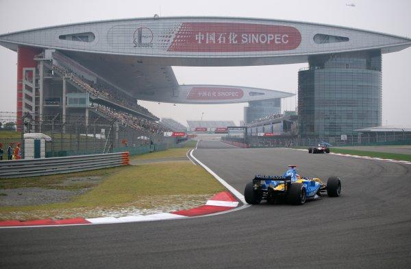 2005 Chinese Grand Prix - Friday Practice, Shanghai, China. 14th October 2005  Fernando Alonso, Renault R25, action. World Copyright: Steve Etherington/LAT Photographic  ref: 48mb Hi Res Digital Image