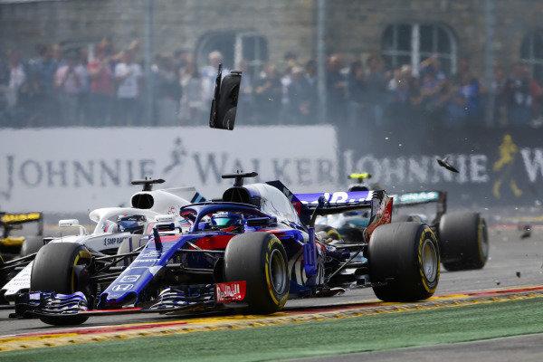 Brendon Hartley, Toro Rosso STR13, leads Lance Stroll, Williams FW41, through debris at the start.